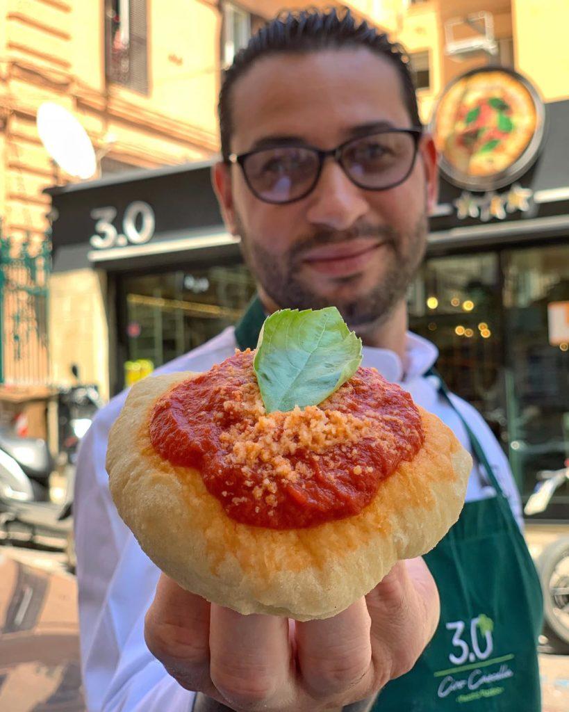 """Ciro Cascella a Napoli con la sua pizza contemporanea su grandichef.com per la serie """"grandi pizzaioli""""."""